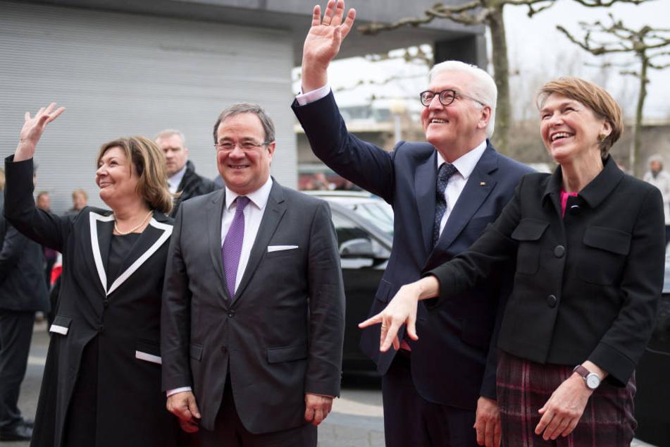 Bundespräsident Frank-Walter Steinmeier (2. v.r.) und seine Ehefrau Elke Büdenbender (r) treffen gemeinsam mit Ministerpräsident Armin Laschet (CDU) und seine Ehefrau Susanne Laschet vor der Staatskanzlei ein.