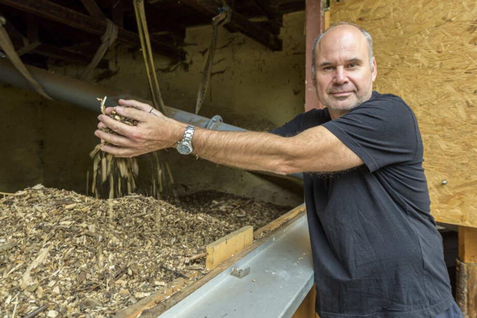 Jens Börner (55) zeigt den Speicherraum der Holzschnitzelheizung in der Naturschutzstation.