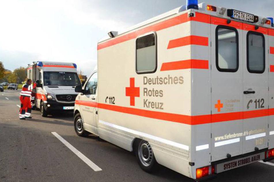 Ein Rettungswagen des Roten Kreuzes verlor auf der Fahrt ein Rad. (Symbolbild).