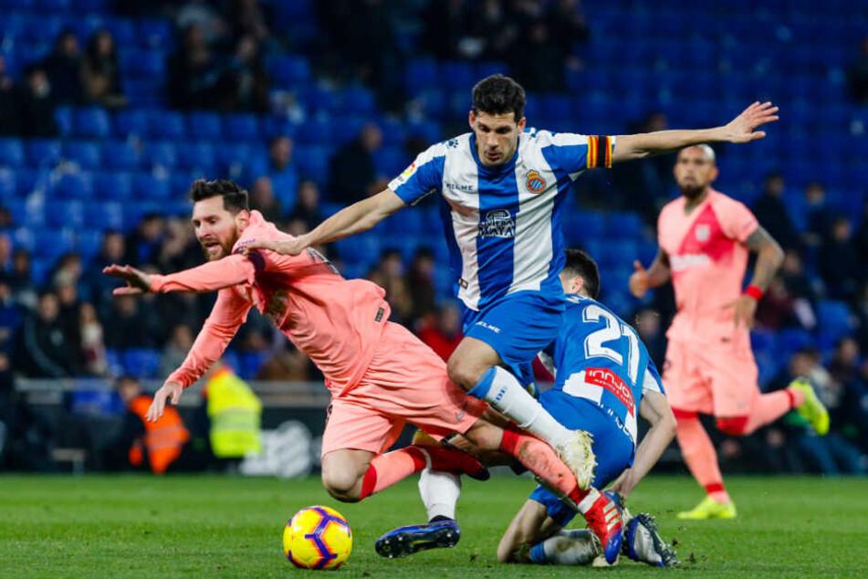 Marc Roca (r) im Zweikampf mit Lionel Messi.