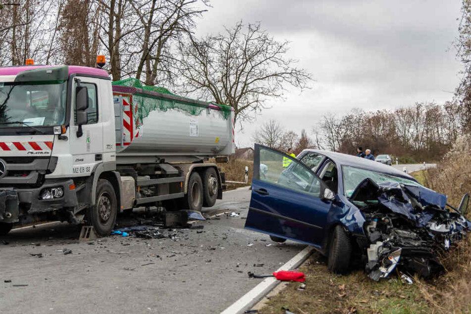 Frontal-Crash zwischen Laster und Auto: Eine Tote