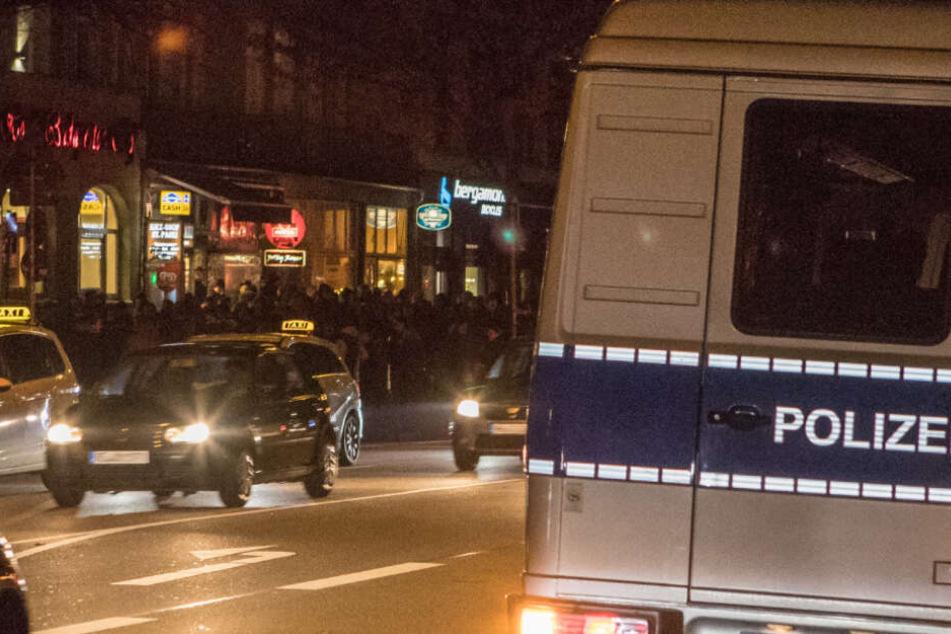 Menschen in schwarzer Kleidung versammelten sich nahe des Millerntor-Stadions an der Budapester Straße.
