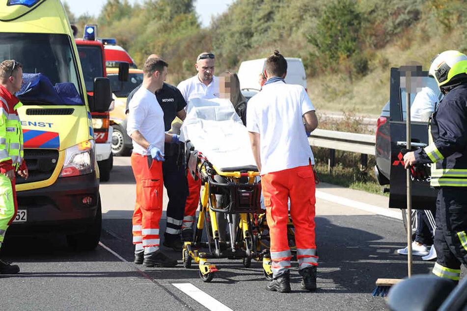 Sanitäter am Unfallort im Einsatz.