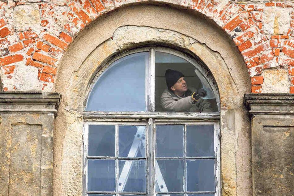 Jetzt geht's voran: Ein Hausmeister fing gestern mit ersten Reparaturen  an.