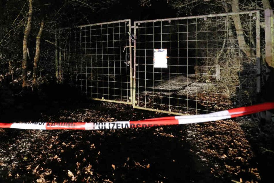 Nach dem Fund von sechs Leichen in einem Gartenhaus in Arnstein bei Würzburg gehen am Montag die Ermittlungen zur Todesursache weiter.