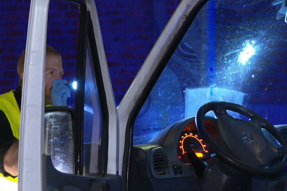 Fluchtversuch! Polizist schießt bei Verkehrskontrolle auf Transporter
