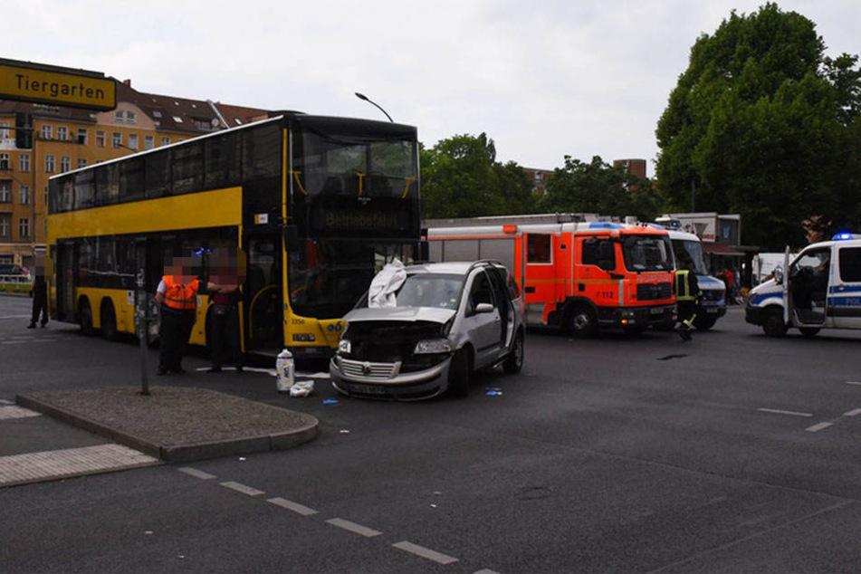 Horror-Crash in Berlin-Wedding: Auto prallt mit BVG-Bus zusammen