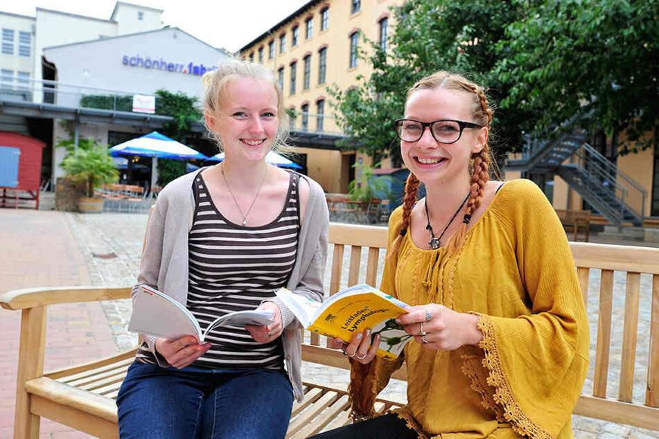 Die Physiotherapeutinnen Theresa Kröhn (24, l.) und Lisa Werner (22)  verbringen ihre Mittagspause in der Schönherrfabrik.