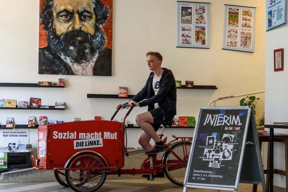 Der Linken-Abgeordnete Marco Böhme (29) vor dem gestohlenen Gemälde. Das Portrait wurde Ende November aus seinem Büro in Leipzig-Lindenau gestohlen.