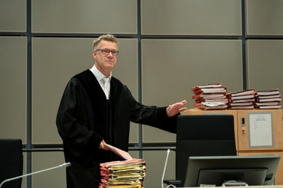 Richter Sebastian Bührmann hat einige Akten zu durchkämmen.