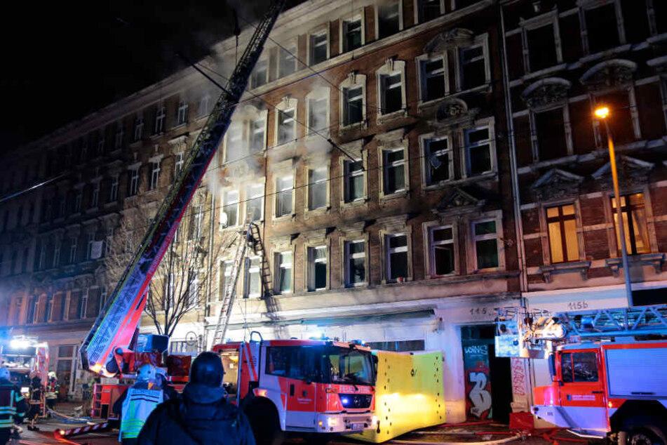 Großeinsatz im Leipziger Osten: Auf der Eisenbahnstraße brannte das Treppenhaus eines Mehrfamilienhauses.