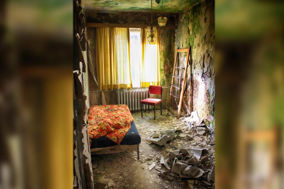 In diesem Hotelzimmer wird wohl kein Gast mehr übernachten: Die Wände sind voller Schimmel und die Tapete fliegt von den Wänden.