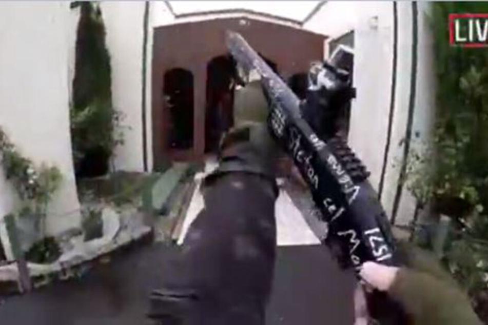 Das Videostandbild aus einem von einem Attentäter selbst aufgenommenen und über das Internet verbreiteten Video, zeigt den Attentäter beim Betreten einer Moschee kurz bevor er das Feuer eröffnet.