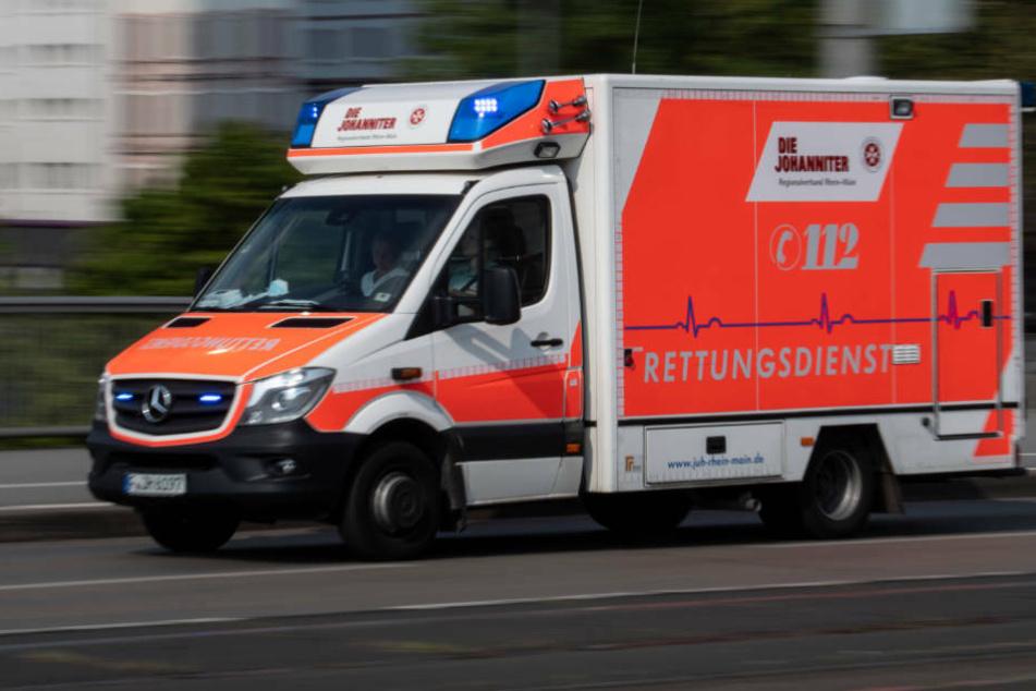 Autofahrer kracht in Frankfurt gegen Laterne und verletzt sich schwer