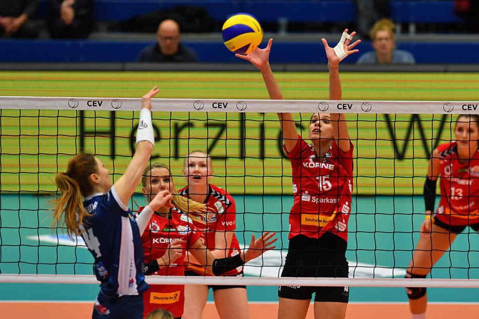 Ivana Mrdak (Dresdner SC) blockt hier im Hinspiel gegen Dominika Drobnakova (Venelles).