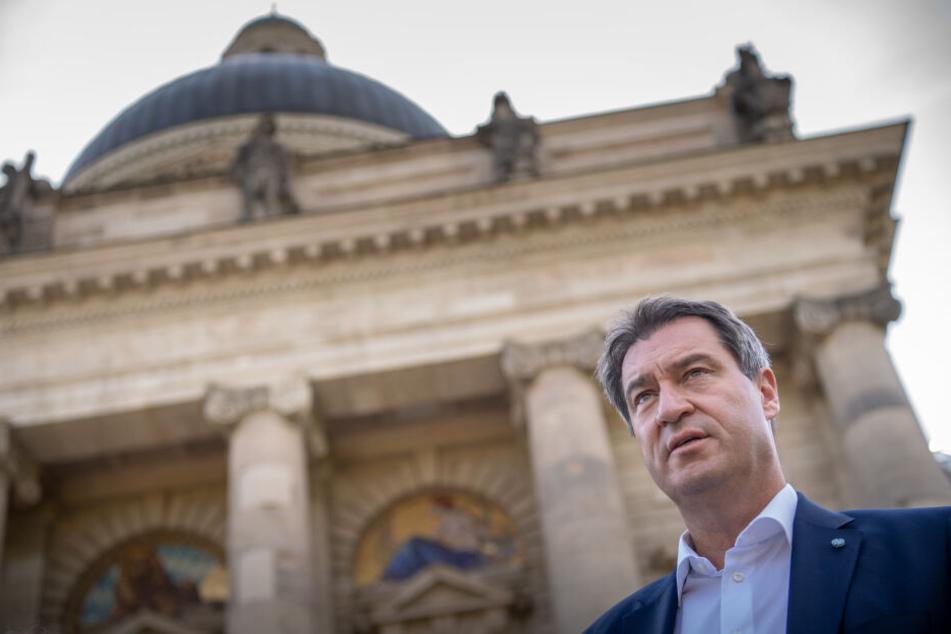 Markus Söder (CSU), Ministerpräsident von Bayern, steht vor der bayerischen Staatskanzlei.