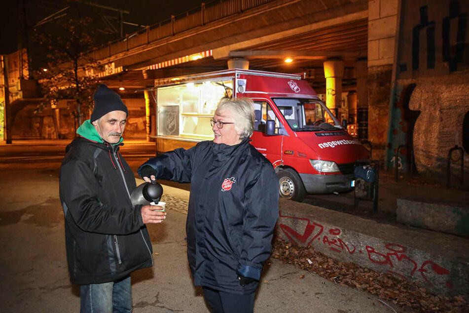 Heißer Tee in kalten Nächten: Rosi Scharf (57), Leiterin der Heilsarmee, serviert dienstags, donnerstags und sonnabends Heißgetränke im Dresdner Bischofsweg.