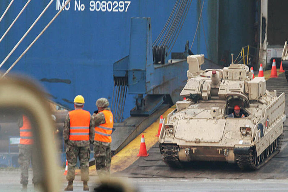 Unter anderem werden 24 Schützenpanzer transportiert.