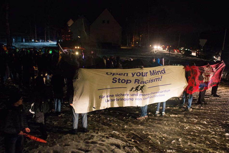Am Tag nach der Busblockade demonstrierten Flüchtlingsunterstützer in  Clausnitz.