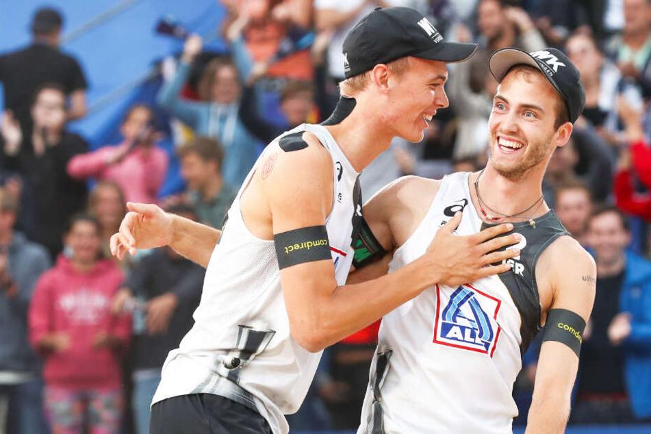 Julius Thole (links) und Clemens Wickler freuen sich über ihren Sieg.
