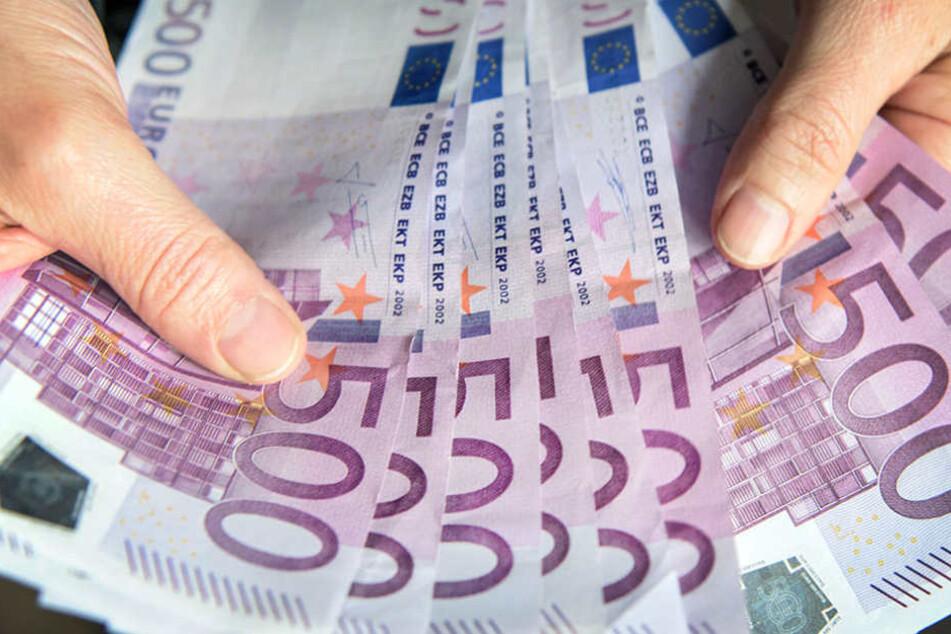 Flüchtlingskind findet 14.000 Euro in U-Bahn