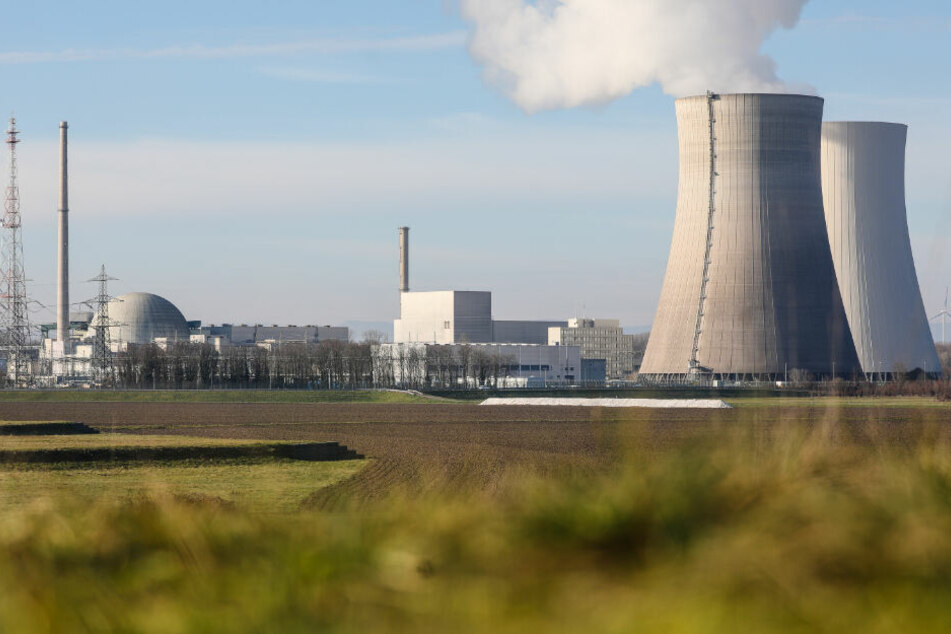 Wasserdampf steigt aus einem Kühlturm des Kernkraftwerks Philippsburg.
