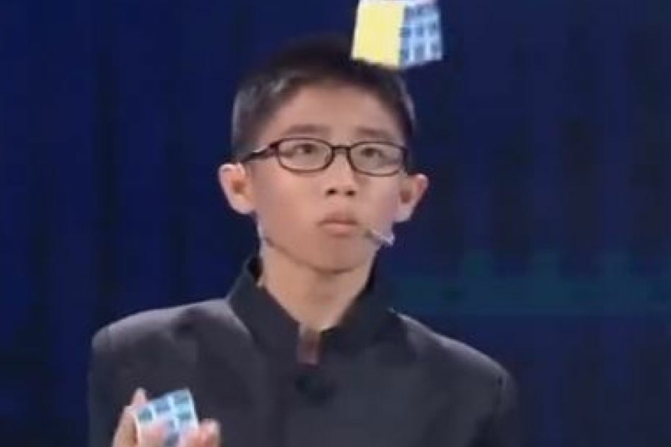 Der 12-Jährige ist ein echtes Wunderkind: Er löste drei Würfel beim Jonglieren!
