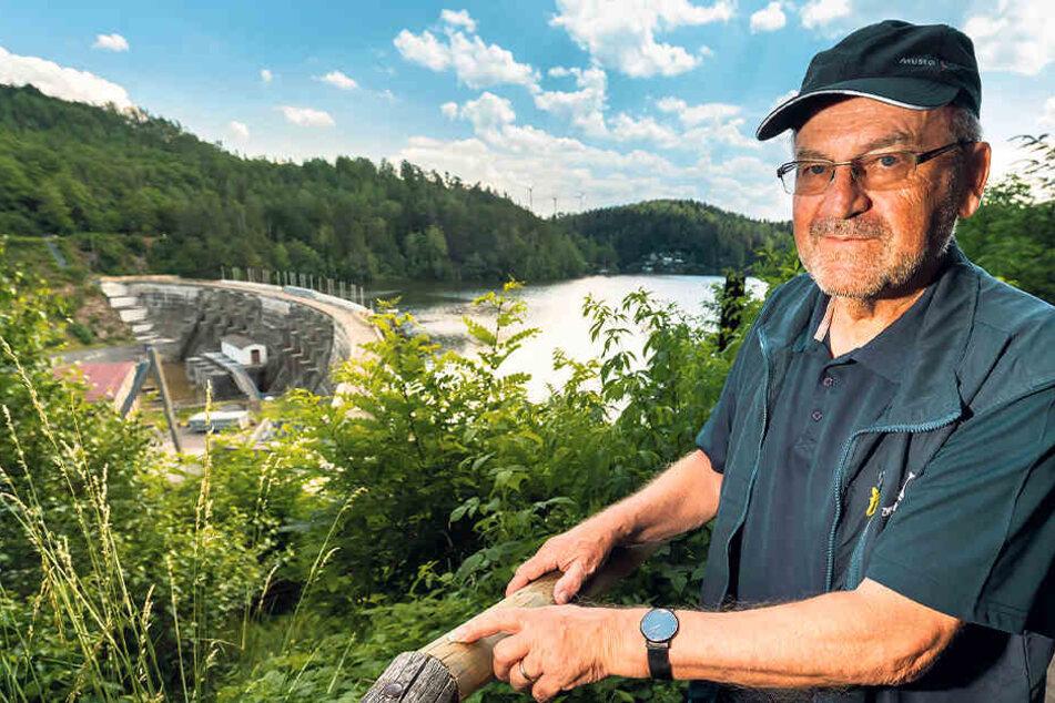 """Talsperren-Geschäftsführer Thomas Caro (63) an der Aussicht, die manipuliert wurde. """"Man ahnt es durch das Gebüsch nicht, aber es geht hier 15 Meter steil runter."""""""