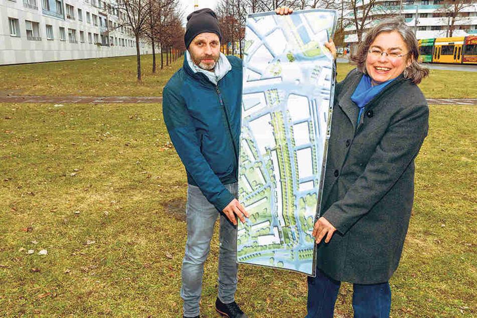 Landschaftsarchitekt Uwe Brzezek (48) und Umweltbürgermeisterin Eva Jähnigen  (52, Grüne) zeigen die Pläne.