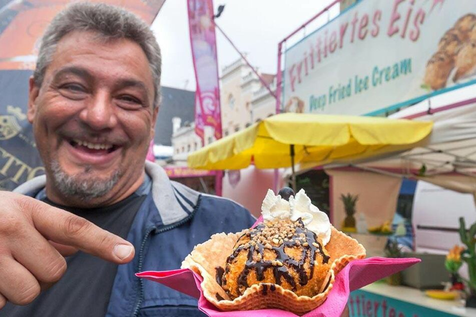 Der Münchner Hans Merkel (47) schwört auf frittiertes Eis. Dazu taucht er paniertes Vanilleeis in heißes Frittieröl.