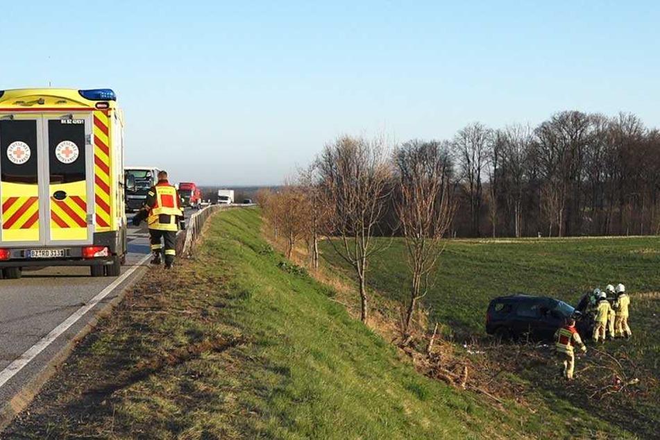 Rettungskräfte an der Unfallstelle im Einsatz.