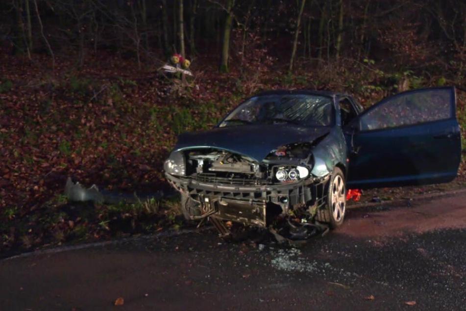 Tödlicher Unfall auf Landstraße: Auto kommt von Fahrbahn ab und überschlägt sich