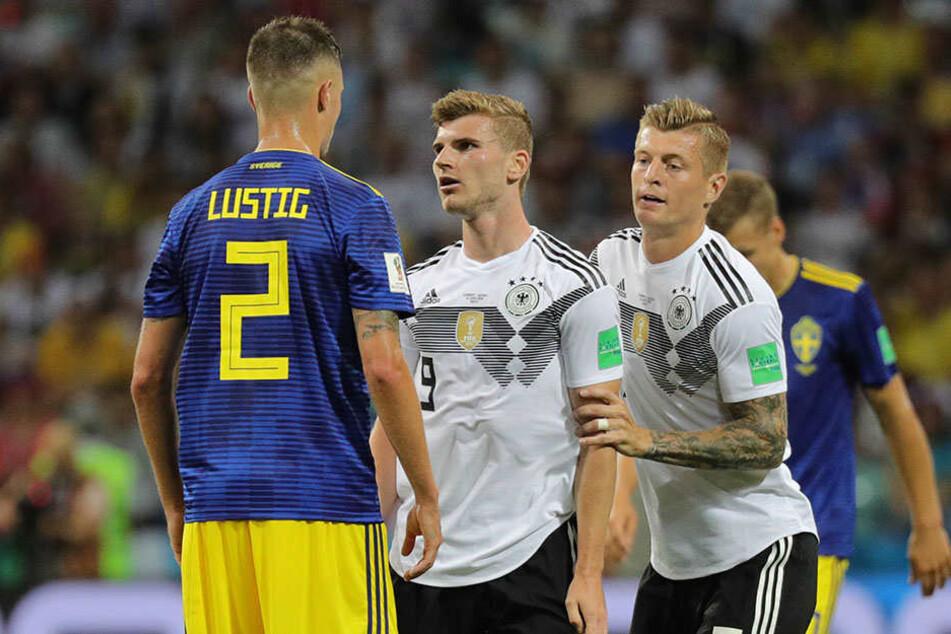 Timo Werner (M.) legt sich mit Schwedens Mikael Lustig (l.) an. Toni Kroos (r.) hält seinen Mannschaftskameraden zurück.