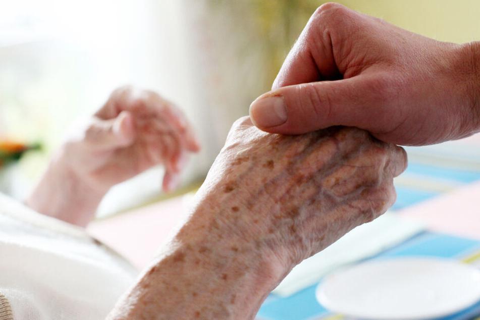 Die Pflege von Menschen, die Hilfe brauchen, ist äußerst wichtig. (Symbolbild)