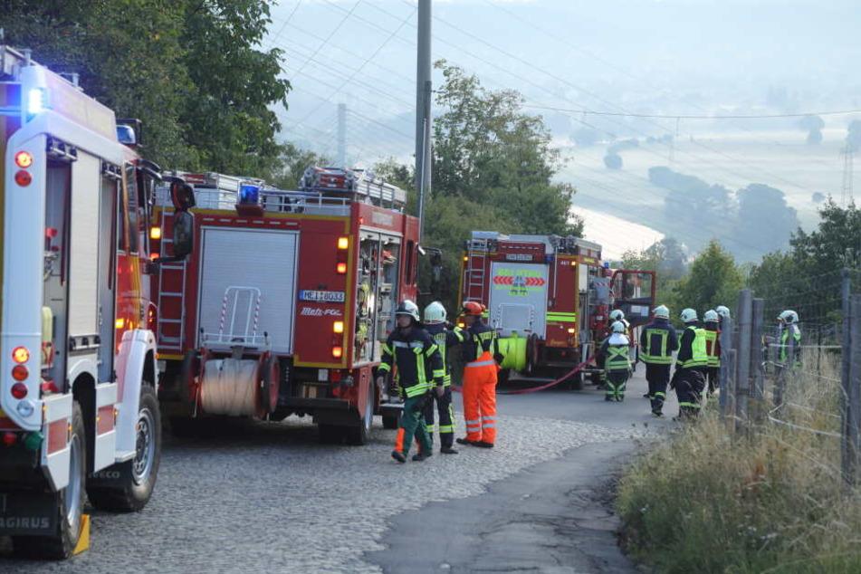 Die Feuerwehr rückte mit einem Großaufgebot an, um den Unfallwagen zu bergen.
