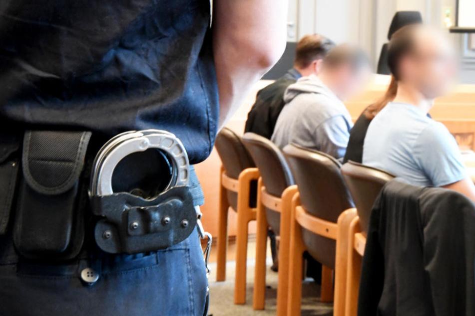 Zwei Männer stehen wegen eines Millionenraubs aus einem Geldtransporter in Kiel vor Gericht.