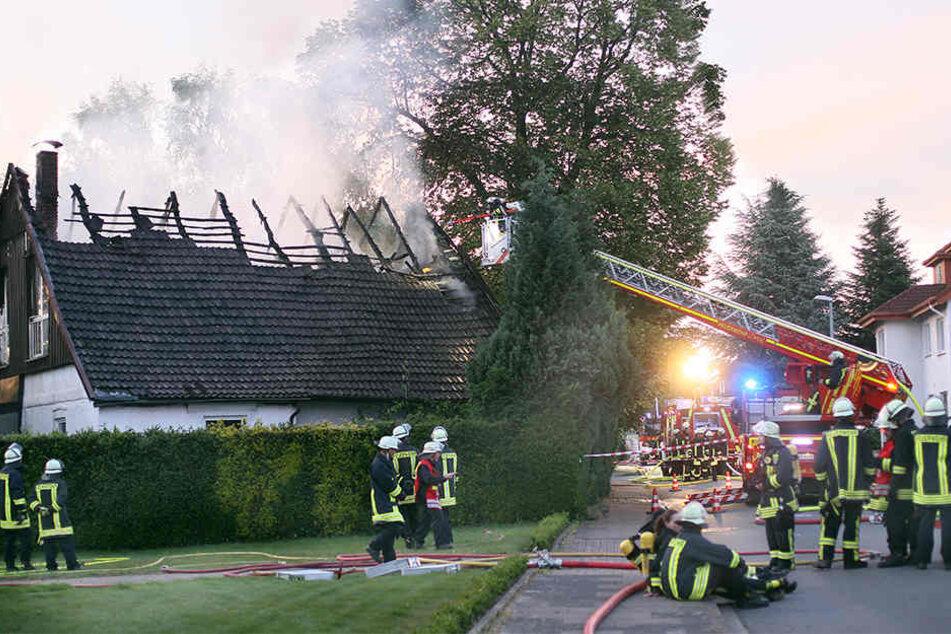 Dachstuhl in Flammen: Feuer vernichtet Fachwerkhaus