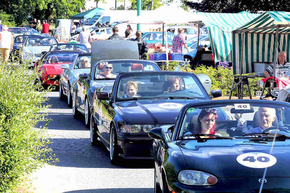 Schlange stehen zum Rallye-Startschuss: Samstagmorgen um 8.30 Uhr setzte  sich die Cabrio-Karawane in Bewegung.