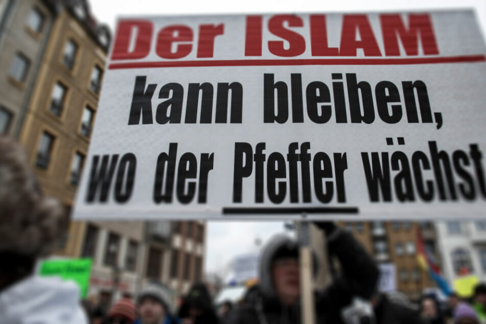 """Teilnehmer der Demonstration des Bürgervereins """"Zukunft Heimat"""" gegen Flüchtlinge tragen ein Transparent mit der Aufschrift """"Der Islam kann bleiben, wo der Pfeffer wächst!"""""""