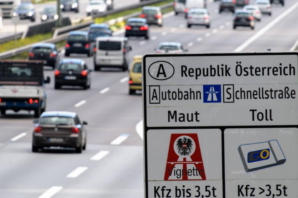Ein Verkehrsschild weist auf der Autobahn 8 in Richtung Österreich auf die in Österreich geltende Maut auf Schnellstraßen und Autobahnen hin.