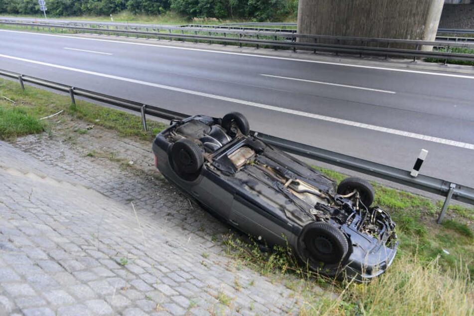 Der VW Passat überflog die Leitplanke und blieb auf dem Dach liegen.