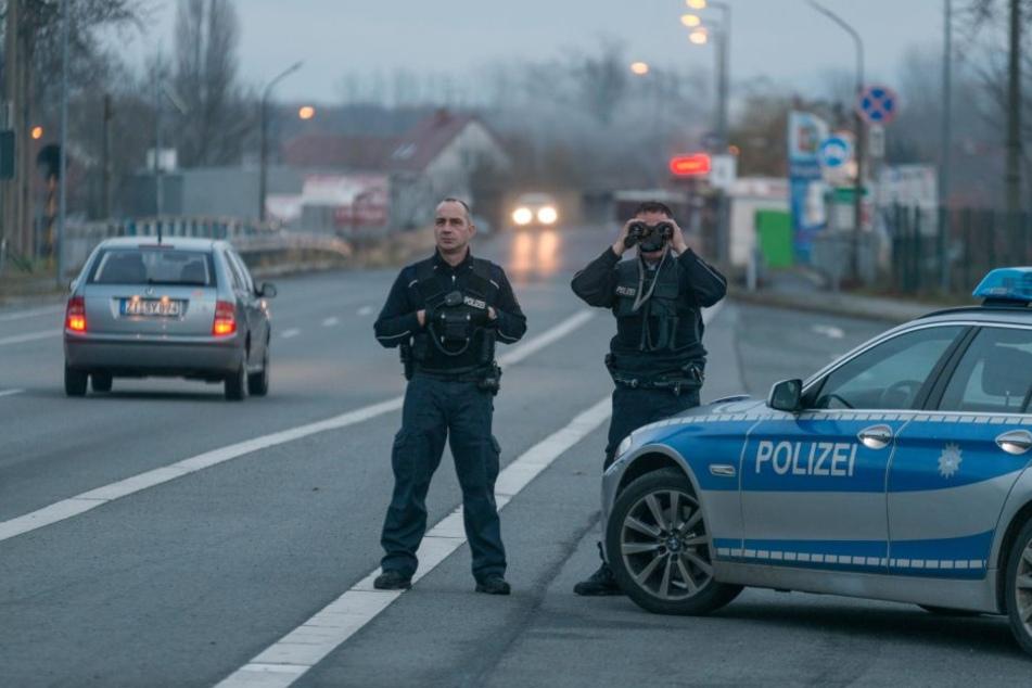 Die Bundespolizisten Daniel Griepentrog (41) und Sven Levora (44) beobachten den Verkehr am Drei-Länder-Eck.