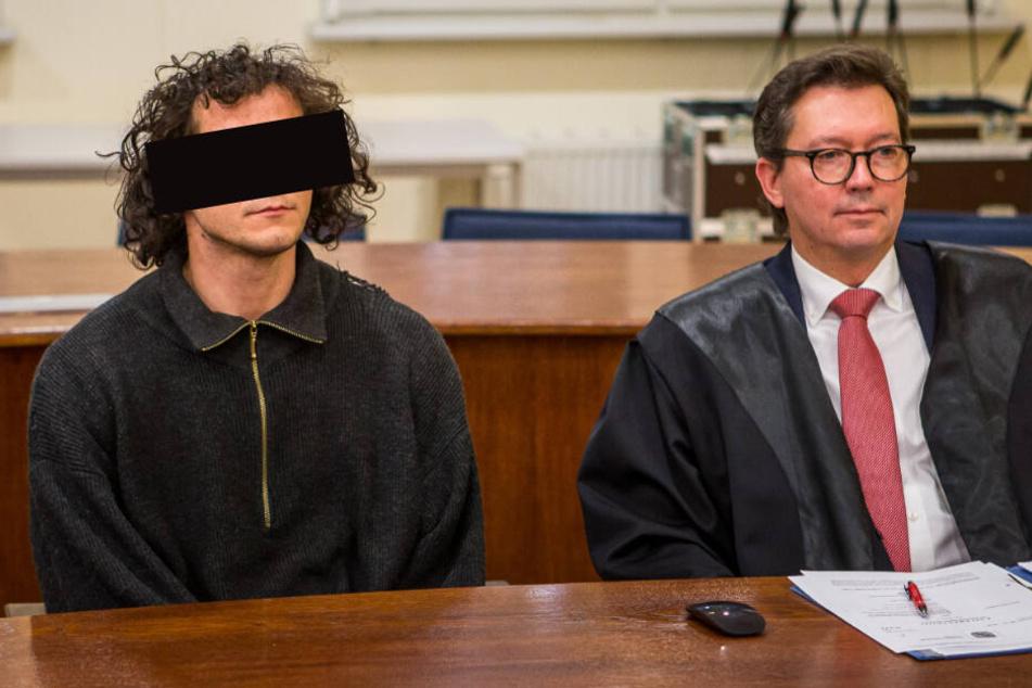 Satpal A. (27, l., neben Verteidiger Andreas Meschkat) stand am Mittwoch wegen des tätlichen Angriffs auf einen Polizisten vor dem Amtsgericht Leipzig.