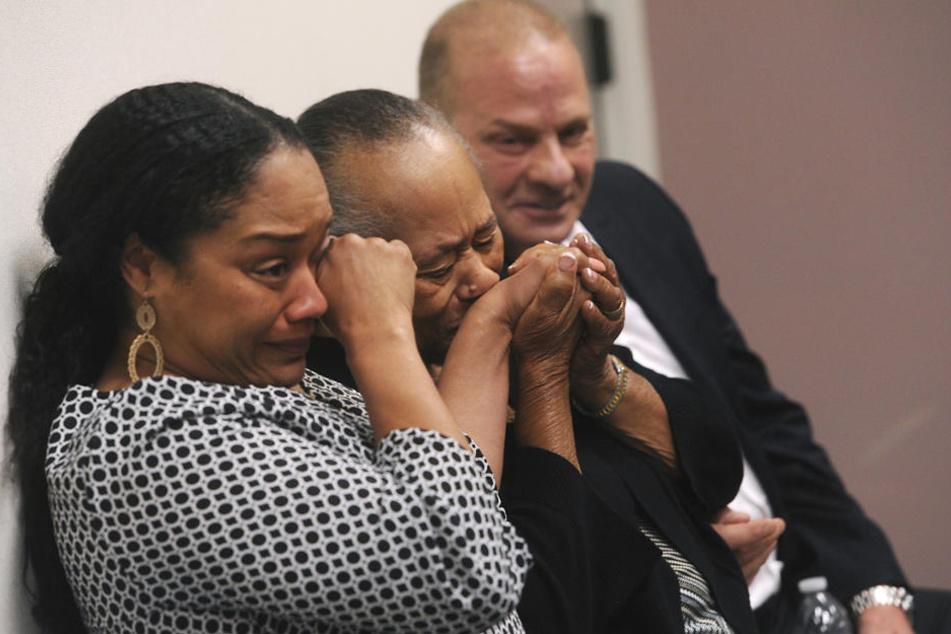 Shirley Baker (M), die Schwester von O.J. Simpson, Tochter Arnelle Simpson (l) und Freund Tom Scotto reagierten erleichtert.