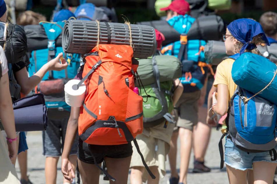 Mädchen mit Schlafsäcken machen Pause, dann rückt die Polizei an