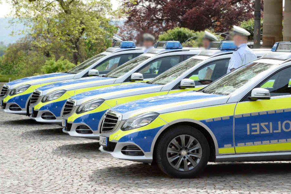 Gleich zehn Streifenwagen fahren zum Einsatzort in Pforzheim.