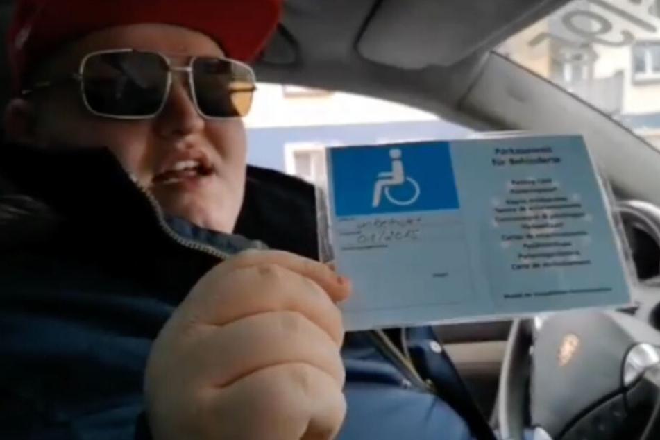 """Zunächst mal zeigt Exsl einen Behindertenausweis vor: """"Ich darf das, Alter. Ich bin behindert!"""" (Screenshot)"""