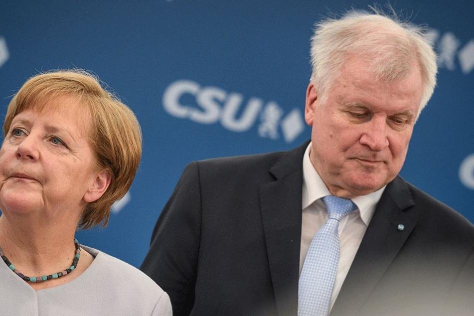 Die Stimmung ist mal wieder angeschlagen (Seehofer rechts/ Merkel links)