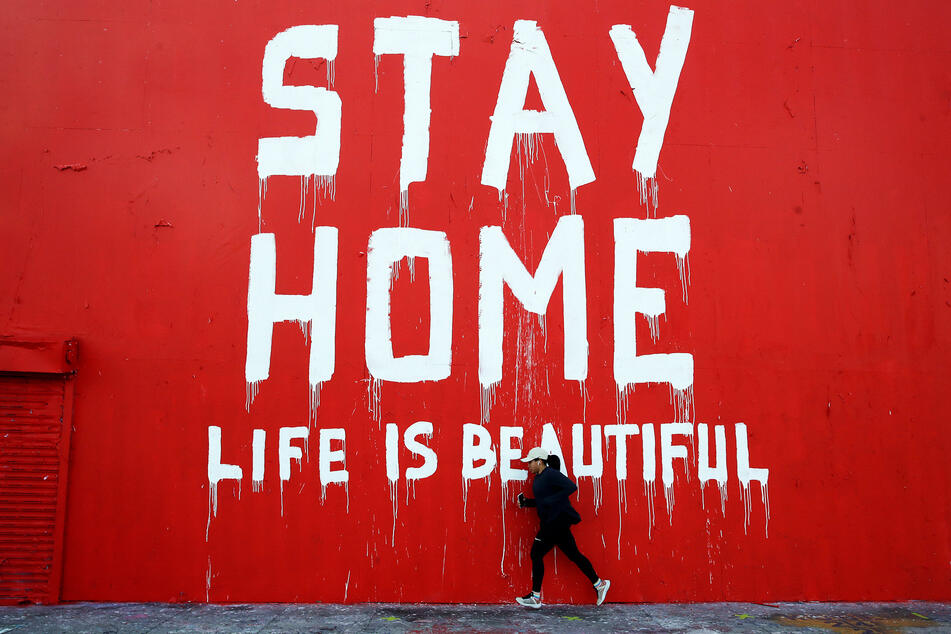 """Weiterhin gilt: """"Stay Home - Life is beautiful"""" (""""Bleib zu Hause, das Leben ist schön"""")."""