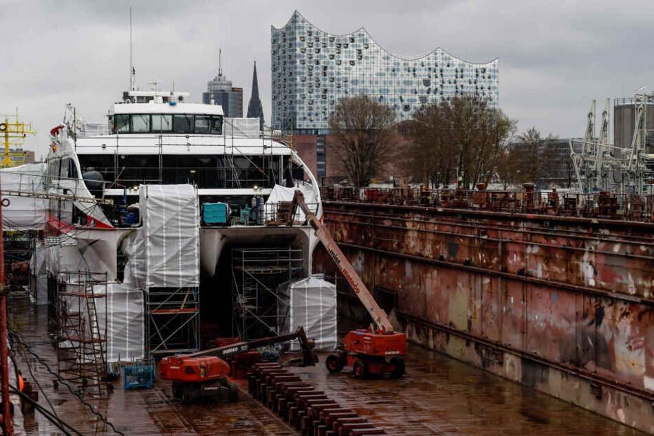 """Der Katamaran """"Halunder Jet"""" liegt im Dock der Hamburger Norderwerft."""
